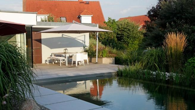 Naturgarten mit modernem Swimming Teich